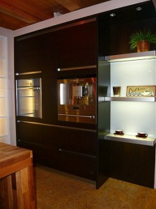 Schwarze Gerätehochschränke mit Backofen, Kaffeevollautomat, Geschirrwärmer und Regalen