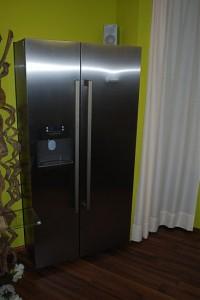 Amerikanischer Side-by-Side Kühlschrank in offener Musterküche