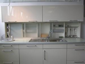 Küchenzeile in Cremeweiß mit gut ausgestatteter Nischenrückwand