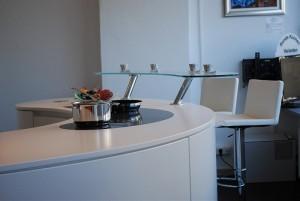 Runde Küche in Weiß mit Aufsatztheke aus Glas